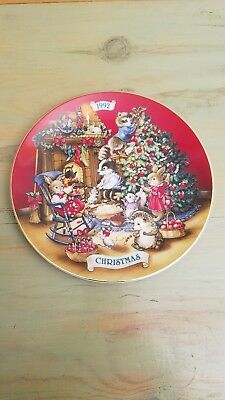 """1992 Avon Fine Collectibles Christmas Plate Sharing Christmas With Friends - 8"""""""