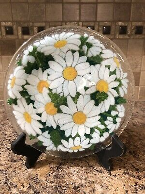 """Signed Peggy Karr 7  7/8"""" Round White Daisies Fused Art Glass Plate Green Leaves"""