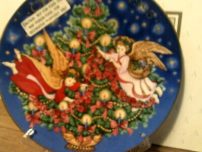 New In Box Vtg 1995 Avon Christmas Plate Trimming The Tree-(22 Kt Gold Trim)