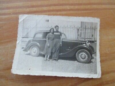 photographie vers 1940  couple devant une automobile ancienne traction 9 x 6 cm