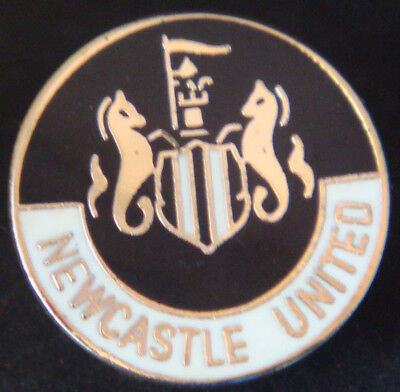 Newcastle United FC Club crest type badge Brooch pin In gilt 17mm Dia