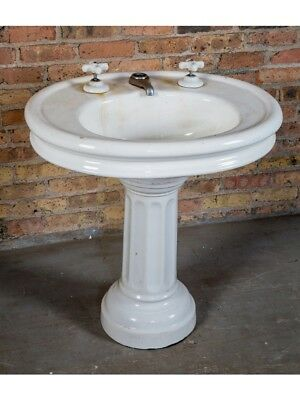 Vitreous China Residential Lavatory Pedestal Sink With Fanciful Fluted Base