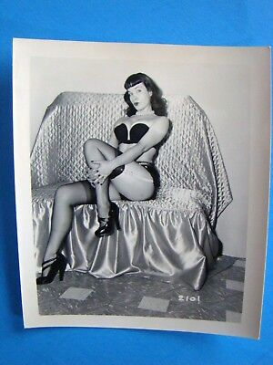 BETTIE PAGE   ORIGINAL VINTAGE  1950's  PIN UP PHOTOGRAPH  XX-RARE          2101