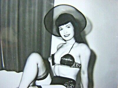BETTIE PAGE   ORIGINAL VINTAGE  1950's  PIN UP PHOTOGRAPH  XX-RARE     F-340