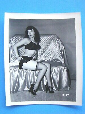 BETTIE PAGE     EXTREMELY RARE      -klaw   2117     VINTAGE PHOTO