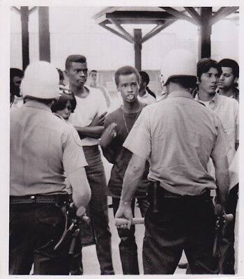NEGROES TAUNTING POLICE California * Rare VINTAGE Civil Rights 1968 press photo