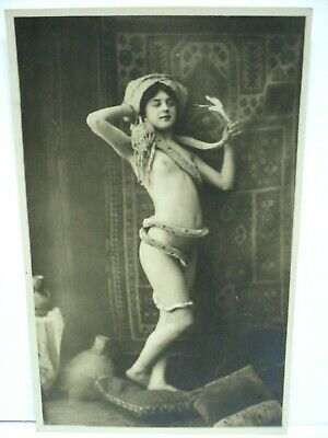 VINTAGE CPA CARTE-PHOTO RPPC BELLY DANCER DANSEUSE NUE AU SERPENT c. 1900 SEPIA