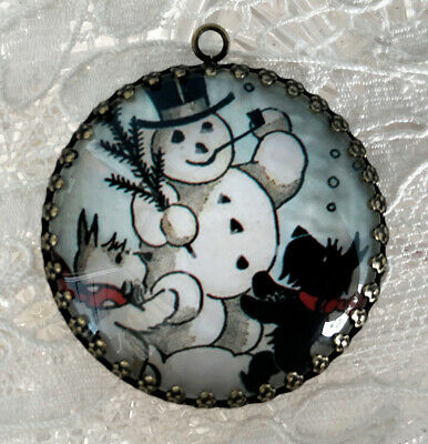 SCOTTY DOG BUILDING A SNOWMAN ~ XL ROUND 35mm PENDANT Filigree VINTAGE CHRISTMAS
