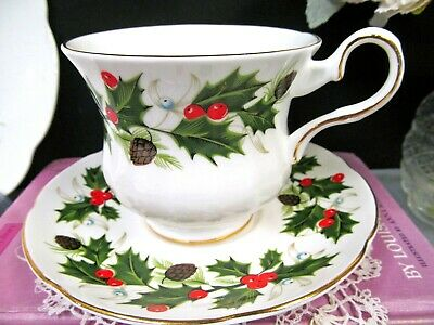 ROYAL GRAFTON tea cup and saucer Holly berry pattern teacup England 1940's