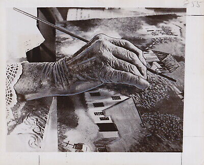 GRANDMA MOSES At Work on A Painting * VINTAGE Iconic 1952 ARTIST press photo