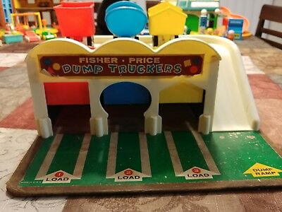 Vintage 1965 #979 FISHER PRICE LITTLE PEOPLE DUMP TRUCKERS STATION with Trucks