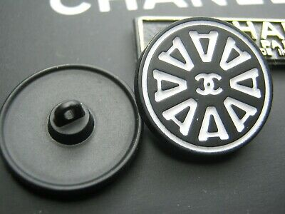 💋💋💋💋Chanel 2 cc buttons black white 20mm lot of 2 good condition💋💋💋💋