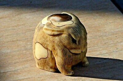 Antique japanese Rabbit netsuke ilayed eyes and top with horn. Signed