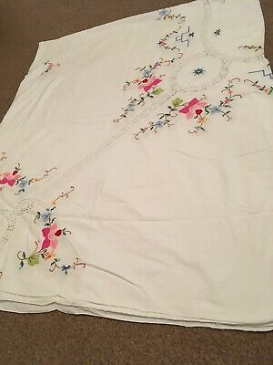 Beautiful Very Large Embroidered Tablecloth And 14 Napkins