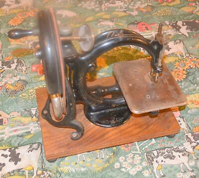antique Wilcox & Gibbs cat back hand crank sewing machine C1890 no A541933