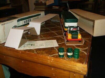 1976 Hess Truck with working lights, both inserts, bat. cards, 3 barrels and ori