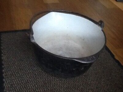 VINTAGE T & C Clarke and co cast iron cooking pot pan