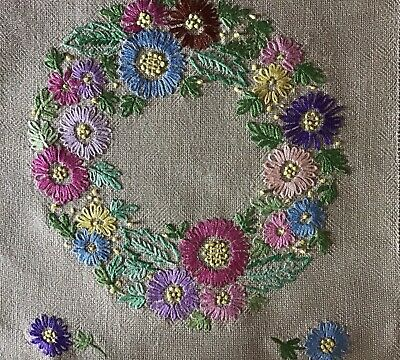 Lovely Vintage Hand Embroidered Table Runner~ Circle Of Daisies