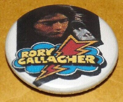 BADGE PIN 25mm RORY GALLAGHER ROCK HEAVY GUITAR MUSIC BUTTON PINBACK OLD BAND