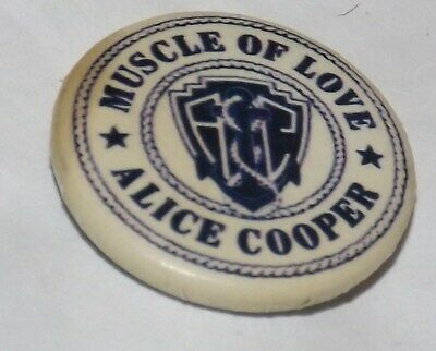 BADGE PIN 25mm ALICE COOPER MUSCLE OF LOVE ROCK HEAVY METAL BUTTON OLD BAND