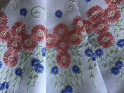Beautiful Vintage Linen Hand Embroidered Tablecloth~Trailing Daisy Displays