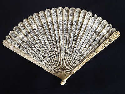 19th CENTURY CHINESE HAND CARVED FILIGREE FIGURAL SCENE BRISE FAN EVENTAIL 象牙风扇