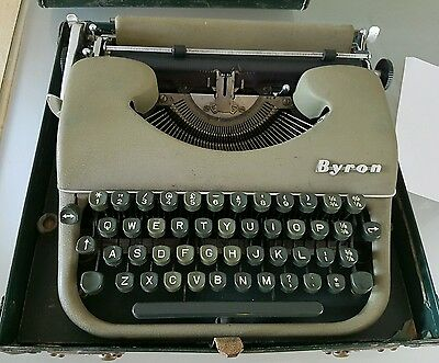 VINTAGE 1950s BYRON PORTABLE MANUAL RETRO TYPEWRITER AND LEATHER CASE