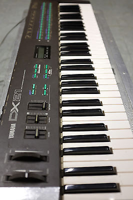 Yamaha DX21 Synthesiser Keyboard With Metal Flight Case