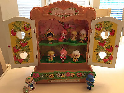VINTAGE 80s STRAWBERRY SHORTCAKE Cupboard Case & Miniature PVC Doll Figure Set