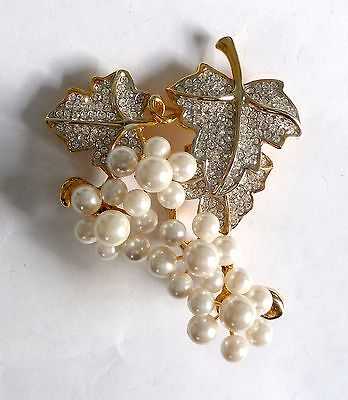 A VINTAGE 1980s GOLD TONE FLOWER BROOCH WITH WHITE DIAMANTES & SIMULATED PEARLS