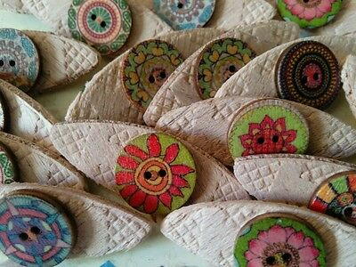 JOB LOT 10 HANDMADE VINTAGE FLORAL THEMED WOODEN  BROOCHES - party favours etc