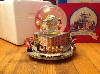 Macy's Thanksgiving Day Parade Revolving Musical Water Snowglobe Snowdome 2005