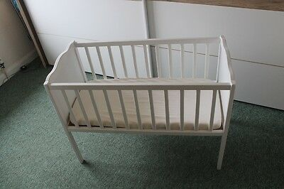 crib in white with mattres and 2 sheets