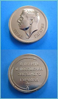 Vtg Russian USSR medal plaque Juri Gagarin first human astronaut Earth