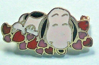 Snoopy on a Bed of Hearts  AVIVA © UFS  -Clasp back Pin