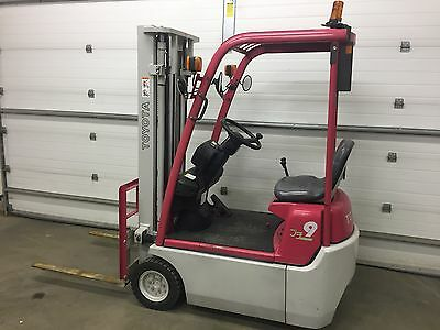 Compact electric Toyota 3-wheel forklift 2,000#