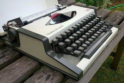 / VINTAGE 1970s OLYMPIA TRAVELLER DELUXE TYPEWRITER - WORKS PERFECTLY
