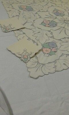 Magnificent table topper High Tea cloth  with 4 serviettes 1965  vintage