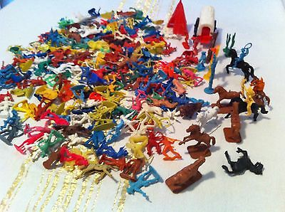 VINTAGE 215 Pieces ,  COWBOYS AND INDIANS ,PLASTIC TOY SOLDIERS LOT