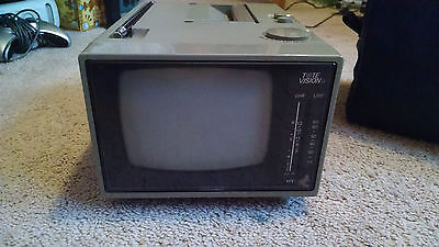 """Vintage Tote Vision 5"""" Inch Black And White TV Portable Television HY-5500 1989"""