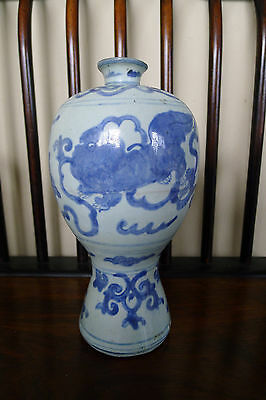 Rare old Chinese Ming dynasty blue and white vase