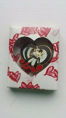 1995 WB Warner Bros Looney Tunes Pepe Le Pew and Penelope Heart Lapel Pin NIP