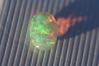 TOP Welo-Opal 0,62 Ct 9,79 x 6,66 x 3,84mm - funkelt in allen Farben!