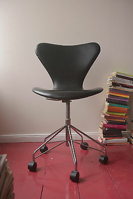 vitra eames armchair ocker mit h base in schwarz herman. Black Bedroom Furniture Sets. Home Design Ideas