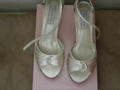Bridal shoes - Beautiful ivory silk wedding shoes with crystal accents - size 7