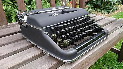 / VINTAGE 1950s OLYMPIA  MODEL SM2 TYPEWRITER - WORKS PERFECTLY