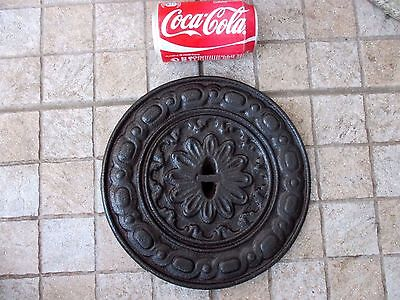 ANTIQUE CAST IRON OLD ORNATE LARGE FLOOR COVER OR GRATE LID DIAMETER 9-3/4 Inch