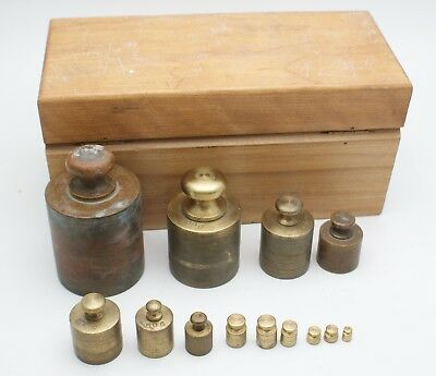 ANTIQUE BRASS SCALE WEIGHTS & Original Rock Maple Wood Box Complete 1-1000G  !