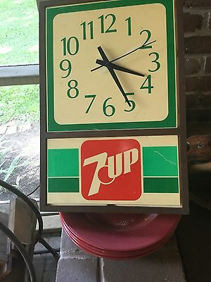 Vintage 7 Up clock, keeps perfect time, non light model 7199
