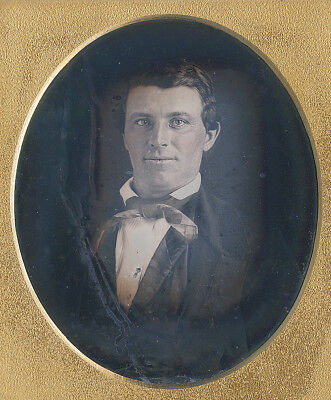 NEARLY SMILING HANDSOME MAN BRIGHT EYES FASHION EARLY 1850s SIXTH PLATE DAG